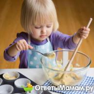 малышка готовит